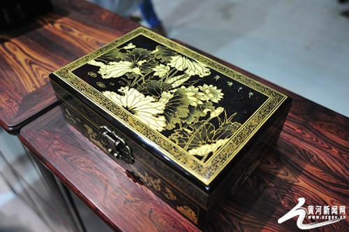 图为中国工艺美术文化创意奖金奖作品《映月荷花》.