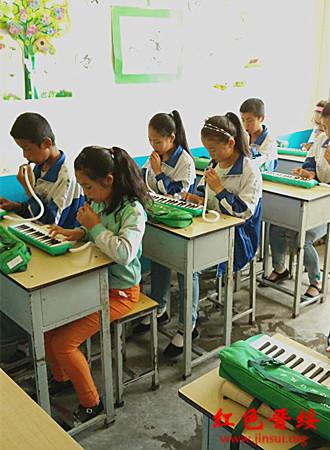 课堂上,孩子们认真练习口风琴.