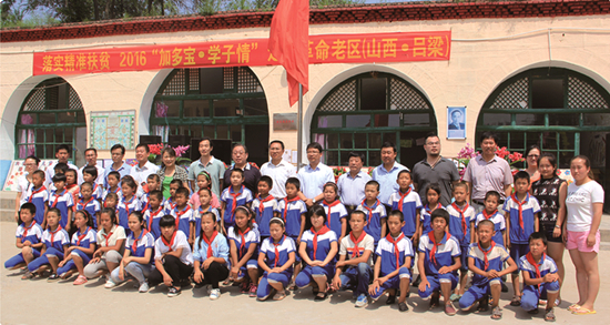 网站首页 新闻资讯 基金会动态        在志愿者张海斌(右2)帮助下